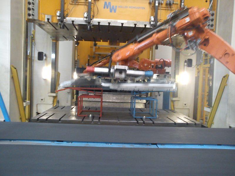 Kalıptan çıkan parçaların robotla konveyöre yüklenmesi